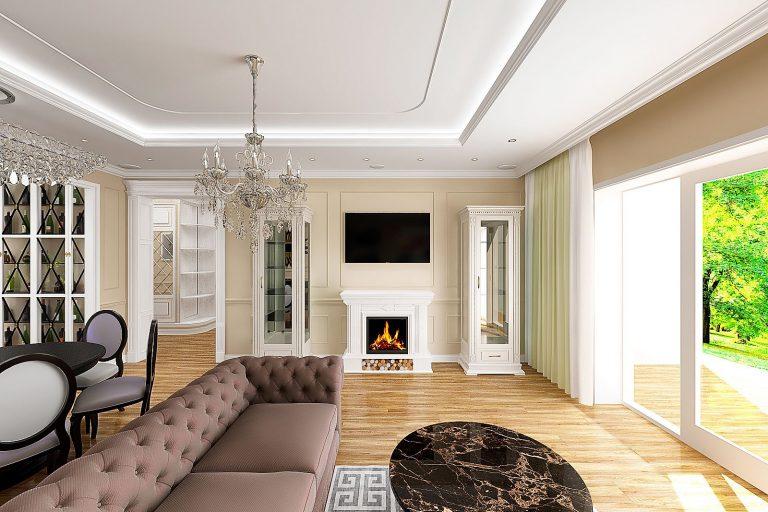 мраморный столик, угловой диван честер, chester, большая люстра в центре гостиной комнаты, светлые камин и шкафы витрины, телевизор над камином