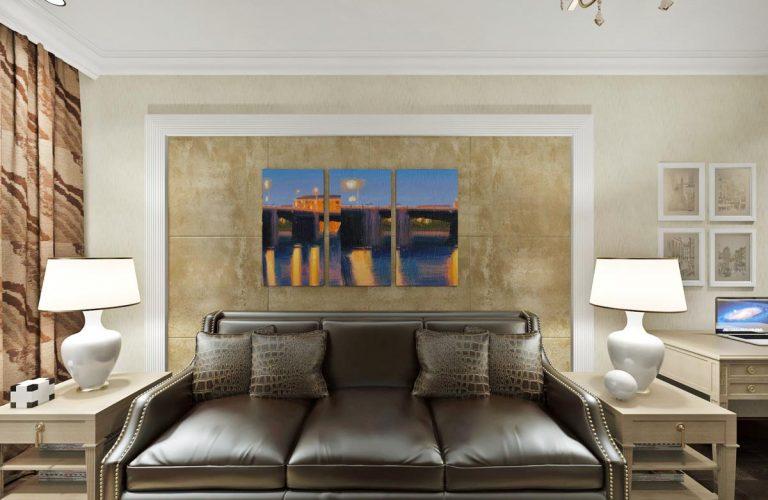 кожаный диван, декоративная штукатурка, обрамление молдингом, контрастные картины триптих